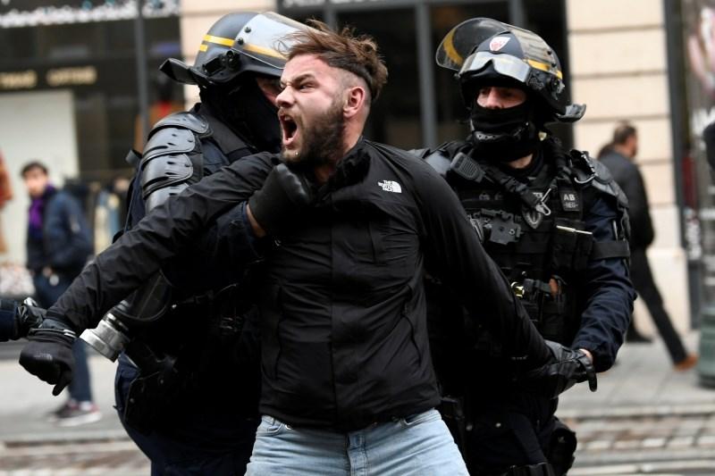 V Parizu pred začetkom protestov rumenih jopičev policija prijela 278 oseb