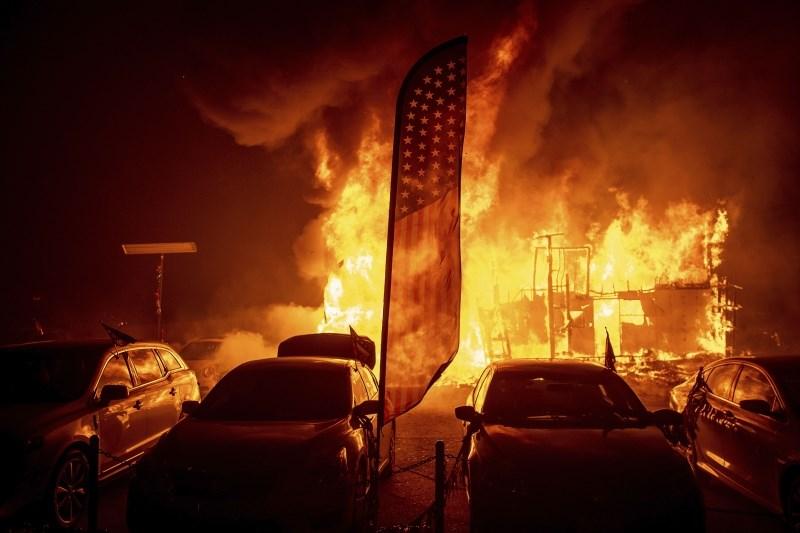 Požar na odlagališču odpadkov Rim zavil v dim in smrad