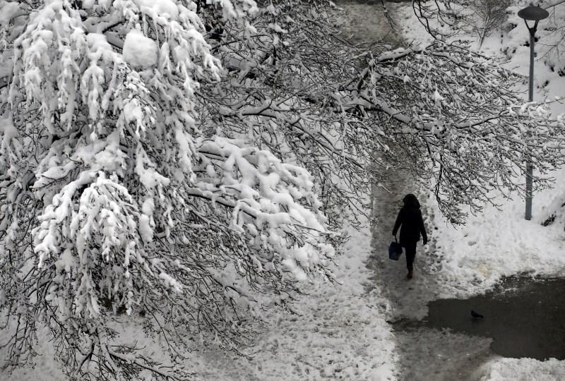 Zima v Srbiji zahtevala smrtno žrtev, zaradi snega preglavice tudi v BiH