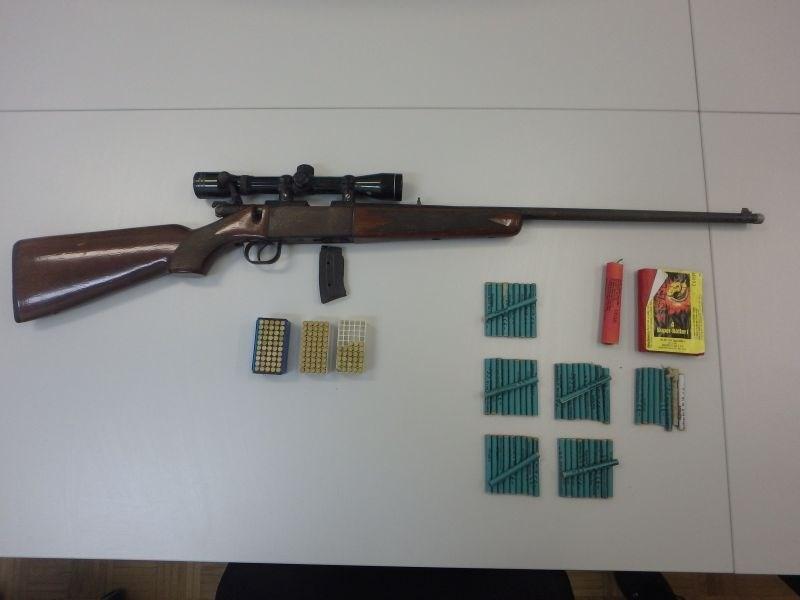 Ruški policisti v hišni preiskavi pri 49-letniku zasegli orožje in prepovedano drogo