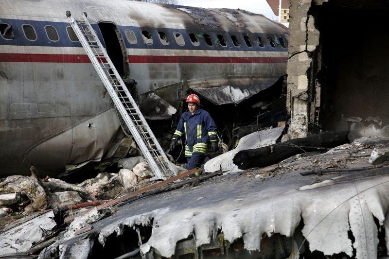 #foto V strmoglavljenju vojaškega tovornega letala v Iranu umrlo 15 ljudi