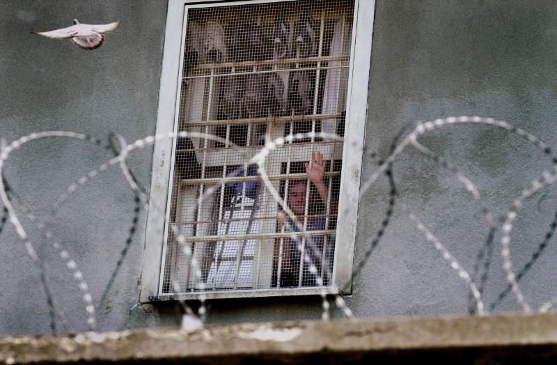Pazniki zavračajo krivdo za pobeg zapornikov, opozarjajo na težke delovne pogoje