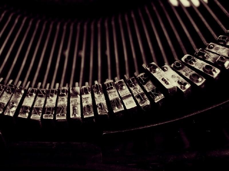 Umetna inteligenca zna napisati že cele odstavke romanov