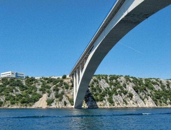 Moški v bolnišnici po padcu s 40-metrskega šibeniškega mostu