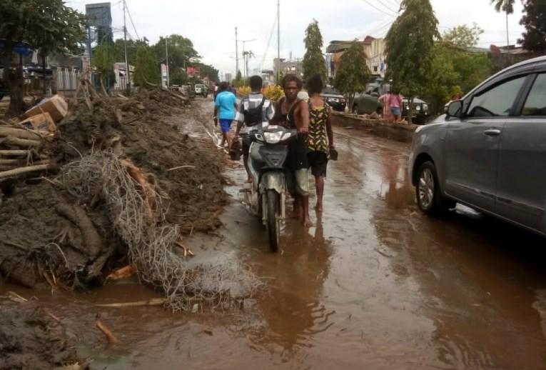 #foto V Indoneziji poplave zahtevale več kot 50 žrtev