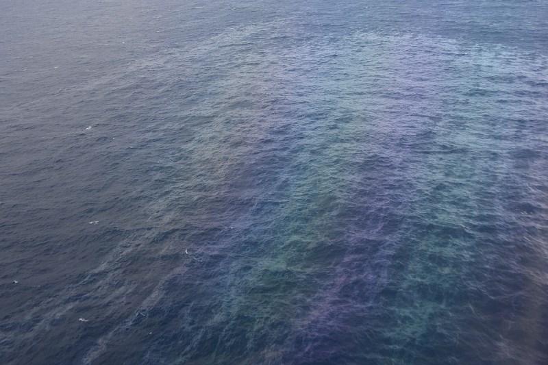 #foto #video Čiščenje oljnih madežev v Atlantiku potopljene ladje otežuje slabo vreme