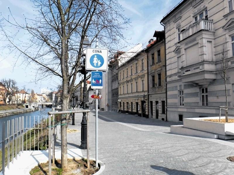 Občina s tablami kolesarje opozarja na prednost pešcev