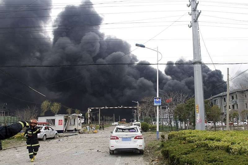 Eksplozija v kemični tovarni: umrlo 64 oseb, danes med ruševinami našli preživelega