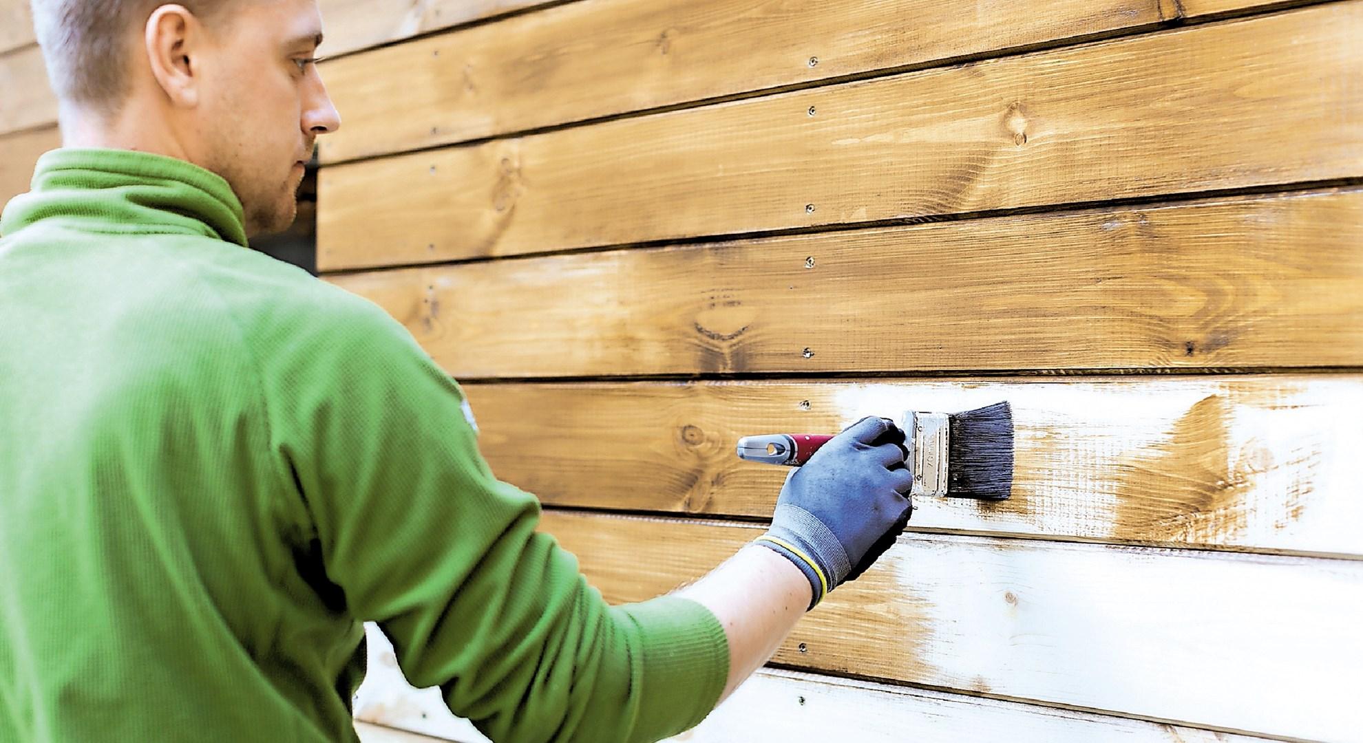 Premazovanja izpostavljenega lesa na prostem se lotimo spomladi