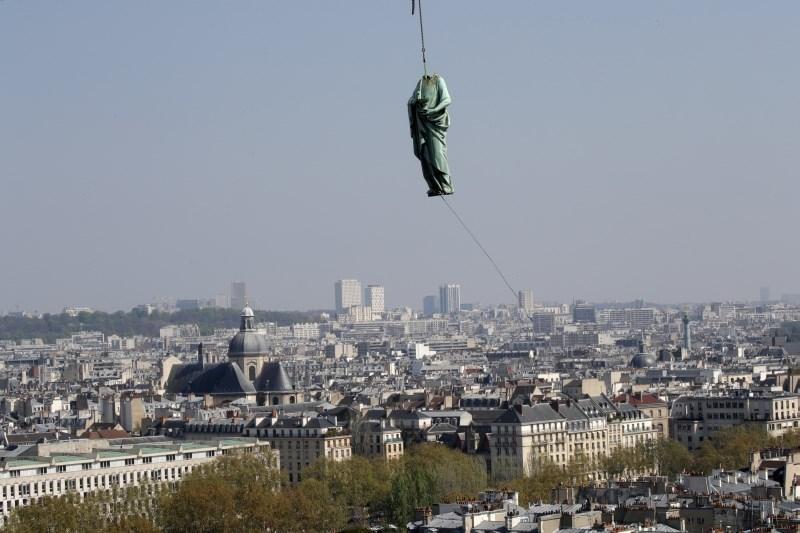 S stolpiča pariške Notre Dame zaradi restavriranja odstranili kipe apostolov in evangelistov