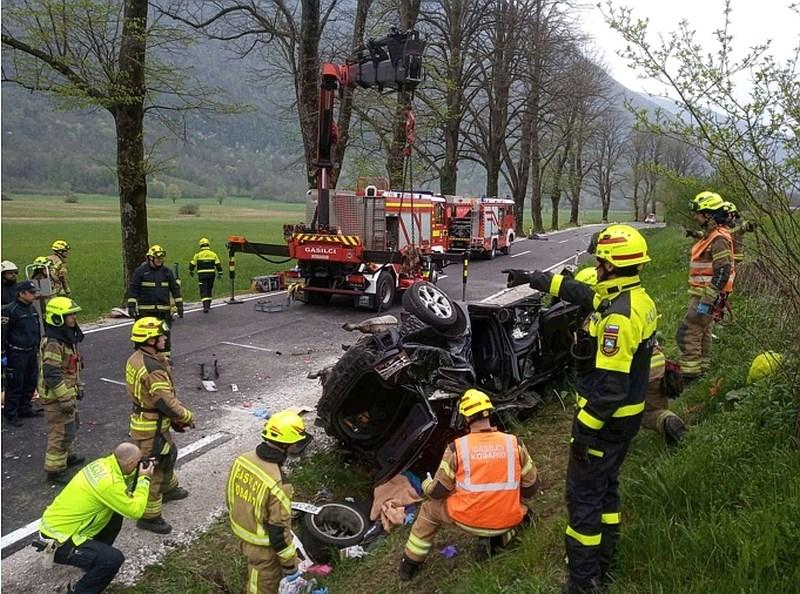 Tri smrtne žrtve nesreče pri Kobaridu, avto letel po zraku kar 23 metrov