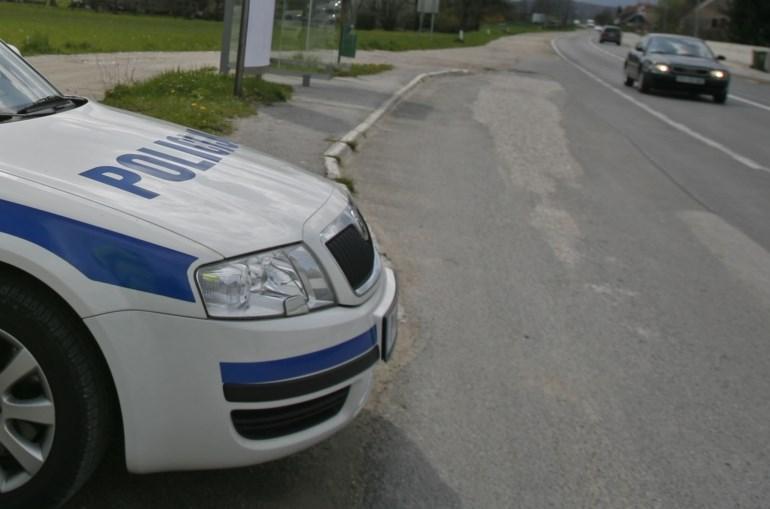 Po ropu bencinskega servisa na Prevaljah izsilil prevoz in oropal še voznika