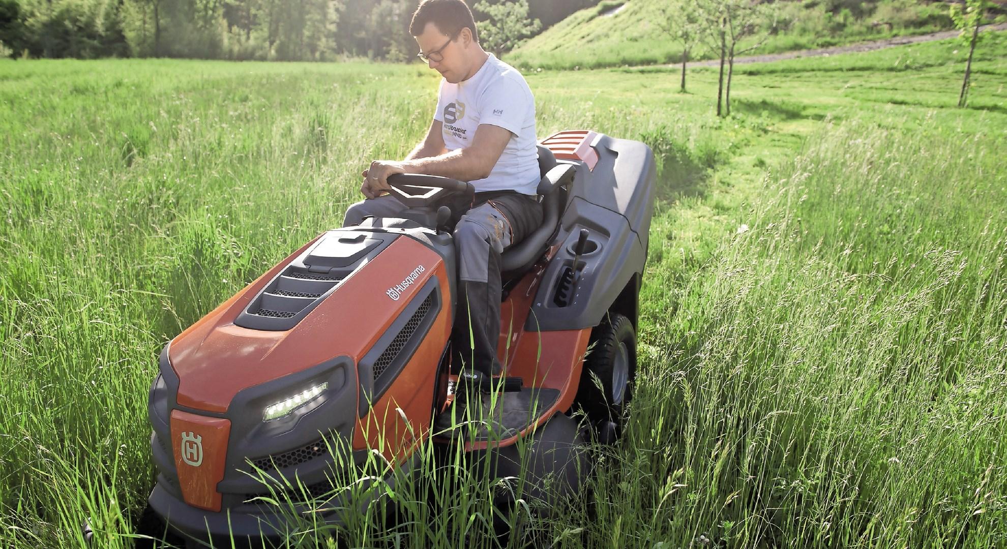 Vrtni traktor: klasični dizajn na sodobni travi