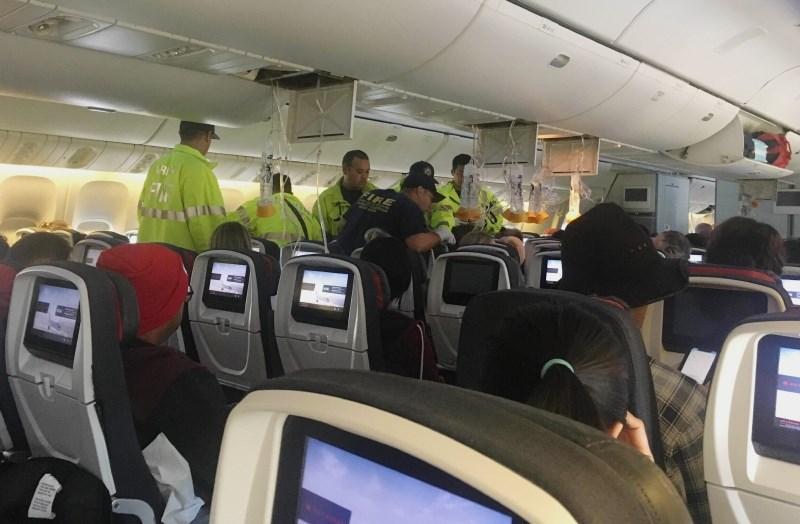 #video Potnike na letalu nenadno vrglo ob strop in nato zopet ob tla