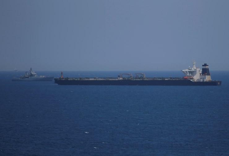 Posadka zaseženega iranskega tankerja izpuščena brez obtožbe