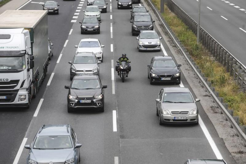 Cestni alarm: na cestah povečan promet, na mejnih prehodih že zastoji