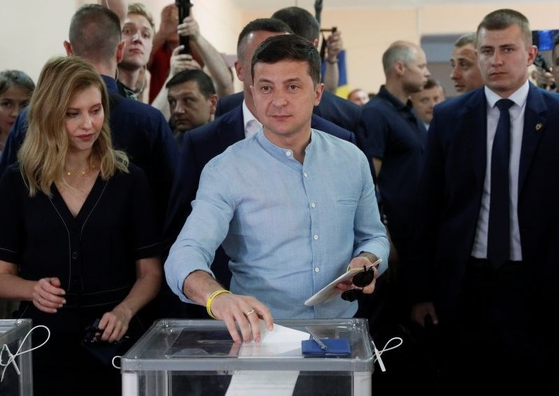 V Ukrajini po vzporednih volitvah zmagala stranka predsednika Zelenskega