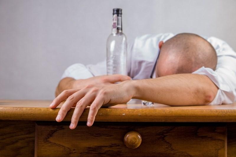 Zaradi alkohola do poškodbe možganov, ki spominja na demenco