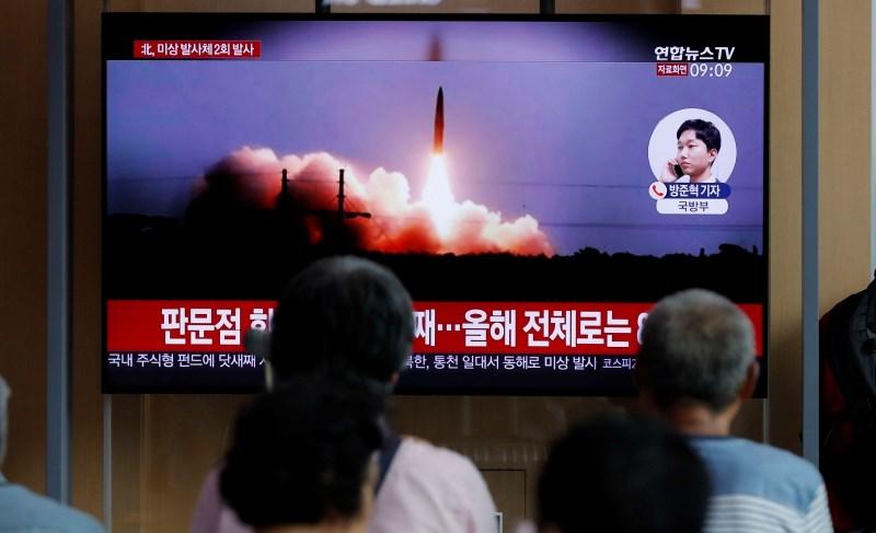 Pjongjang izstrelil nove projektile, zavrnil mirovne pogovore s Seulom
