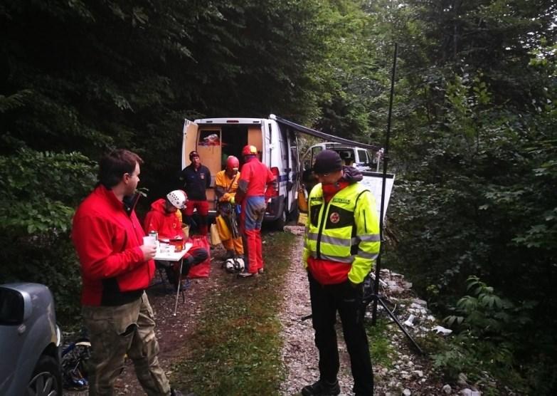 #foto V jami pri Predmeji obtičal poškodovani jamar