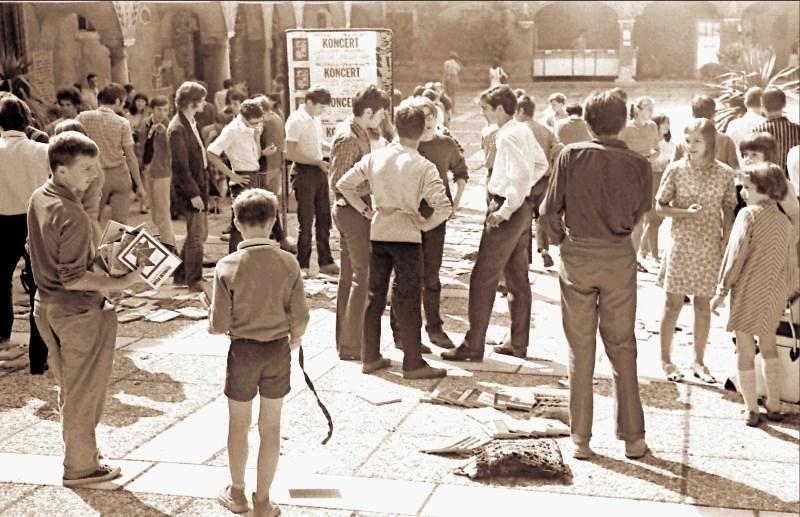 Porumenela fotografija – leto 1969: Šolarji so šli po učbenike na knjižni sejem v Križanke