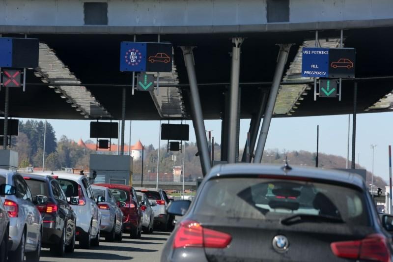 Cestni alarm: Čakalne dobe na mejnih prehodih s Hrvaško, kolona tudi pred predorom Karavanke