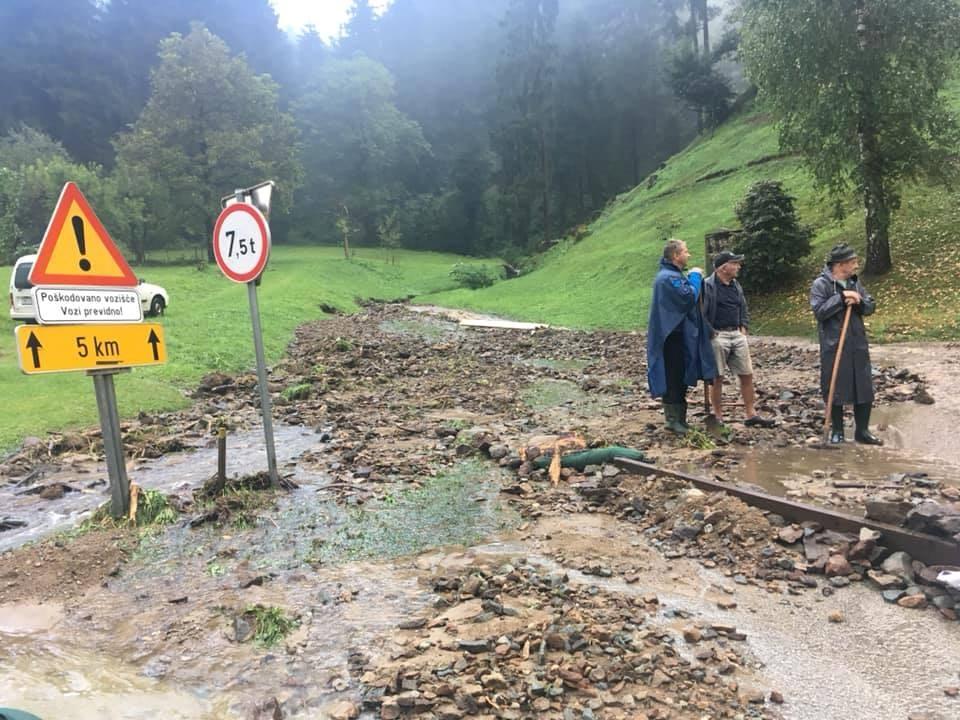 Na območju Črne na Koroškem je bilo zaradi plazov ujetih sedem oseb