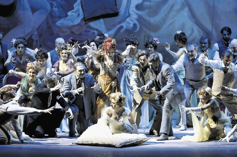 Kritika opere La Traviata: Ujeti ton, redki prebliski