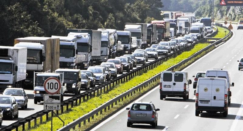 Na primorski avtocesti med Postojno in Vrhniko več kot 20-kilometrski zastoj