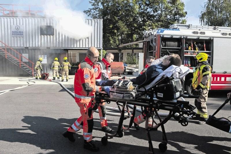 Gasilci v požaru rešili tri poškodovane, enega odpeljali v UKC – a zgolj na vaji