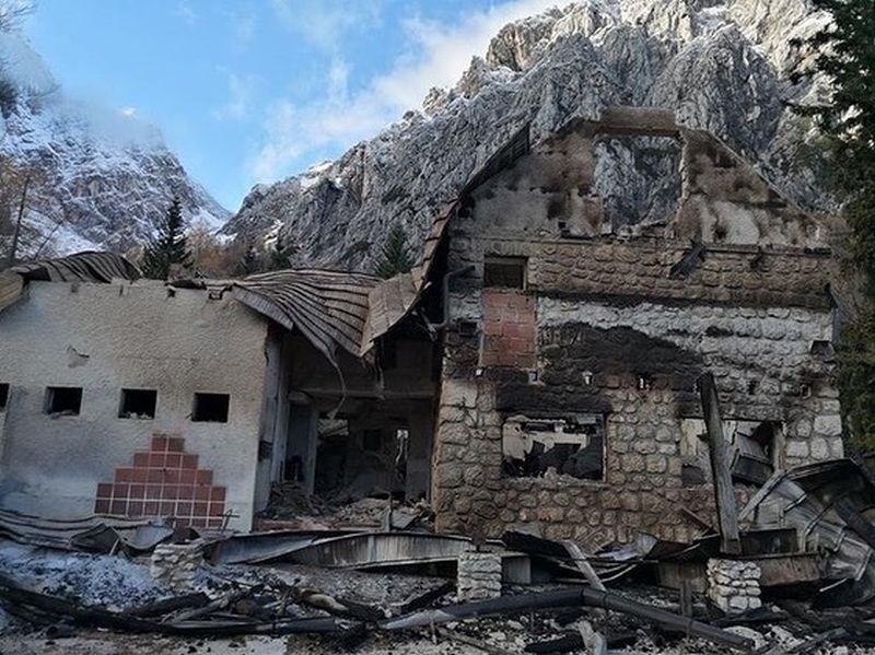 Policija začela ogled požarišča doma na Okrešlju, požar prizanesel zimski sobi