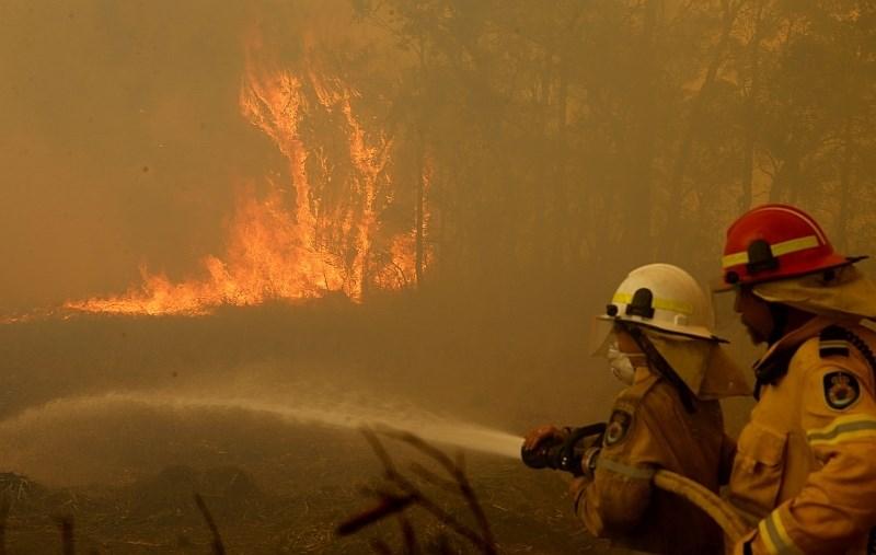 #video Požari v Avstraliji terjali smrtne žrtve, uničenih prek 150 domov