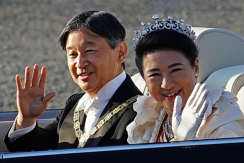 Več deset tisoč ljudi na paradi japonskega cesarskega para