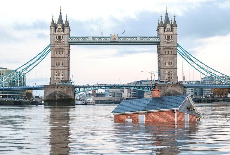#video Po Temzi v središču Londona protestno plavala podeželska hiša