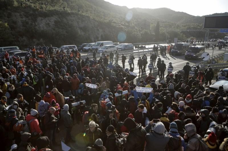 Policisti s silo nad protestnike, ki blokirajo avtocesto med Španijo in Francijo