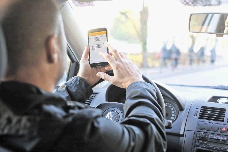 Uporaba mobilnika za volanom: s kamerami nad klepetave voznike?