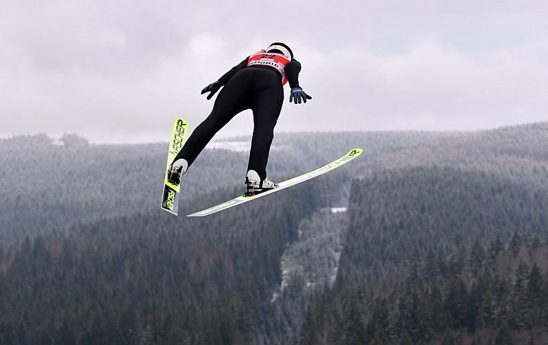 Veter v Klingenthalu močno nagaja skakalcem in skakalkam