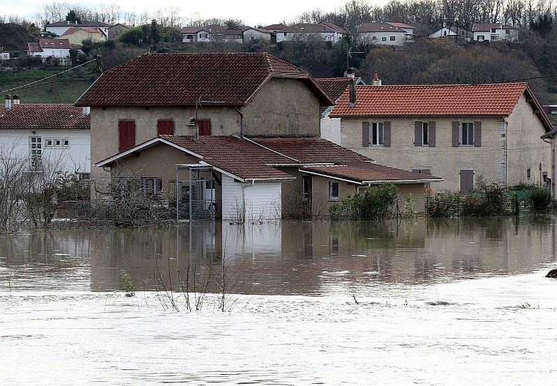 Neurja na jugozahodu Francije terjala že najmanj dve življenji
