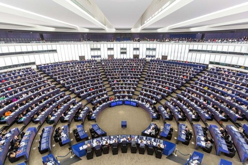 Evropski poslanci ocenili, da se stanje vladavine prave na Madžarskem in Poljskem slabša