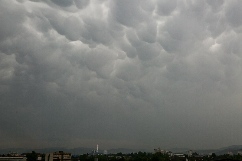 Oblačno, občasne krajevne padavine