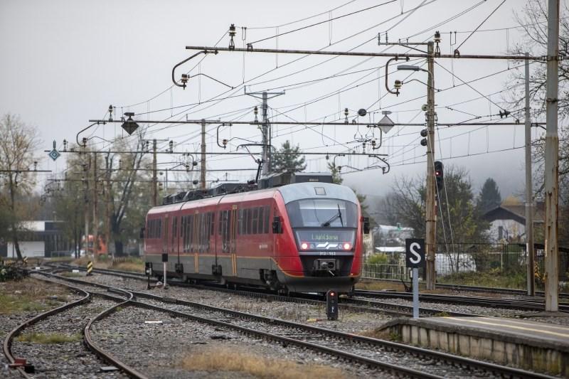 Vlak trčil v 20-letnico pri Duplici, njeno življenje je ogroženo