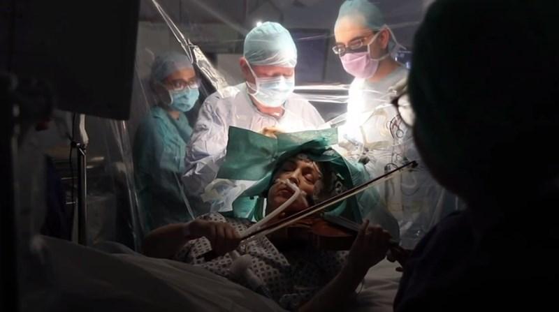 #video Med odstranjevanjem tumorja igrala violino