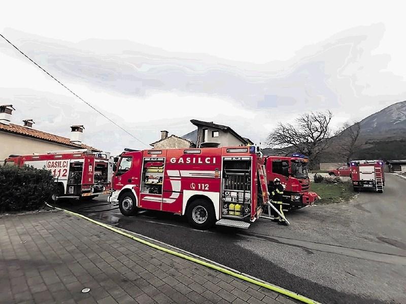 Ob sunkih orkanske burje pogorela hiša