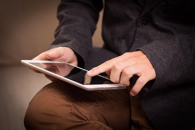 Učenci iz socialno šibkejših družin bodo v četrtek dobili tablične računalnike