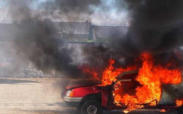 Ker jih je zeblo, so si zakurili in zažgali avtomobil