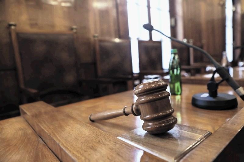 Obsojena odvetnica izneverila deset svojih strank, priznala krivdo