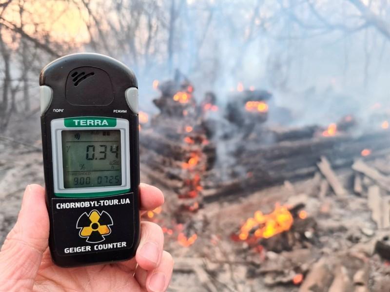 #foto Ukrajinski gasilci se še naprej borijo s požarom na območju Černobila