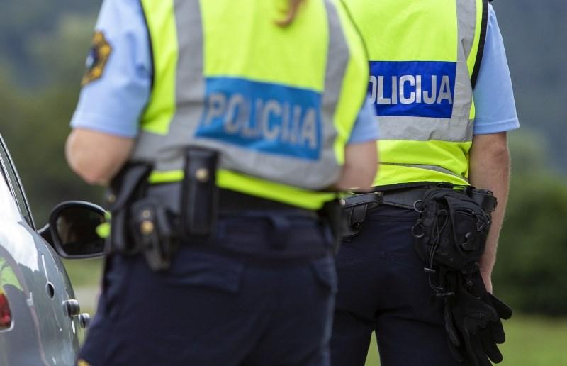 Med divjanjem z avtom 16-letnik poskušal s ceste izriniti policiste