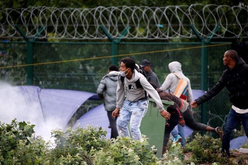 Policija v veliki operaciji izpraznila begunsko taborišče v Calaisu