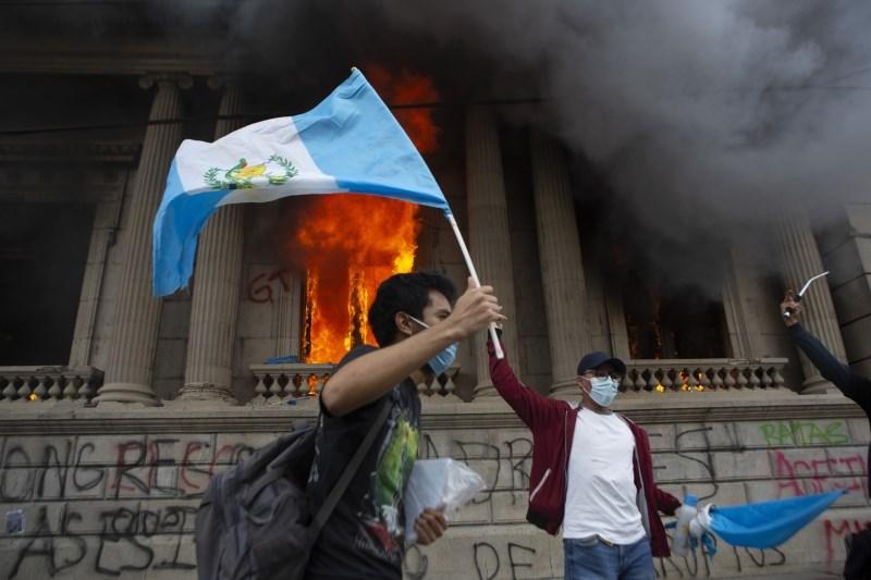 Protestniki v Gvatemali zažgali stavbo kongresa